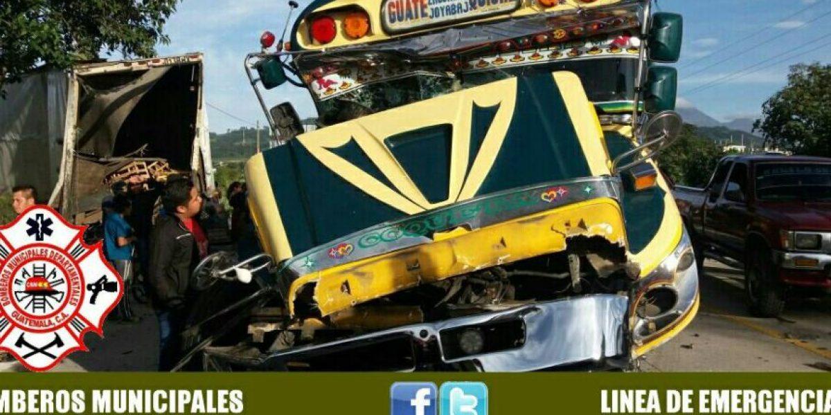 Tráiler y bus extraurbano protagonizan aparatoso accidente
