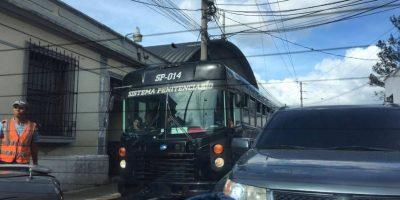 Autobús que trasladaba a sindicados del caso Cooptación colisiona a vehículo conducido por pensionada