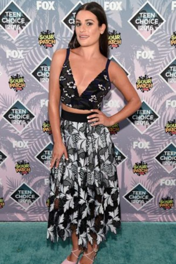 Lea Michele, en crop top y falda estampada. También sobria. Foto: Getty Images