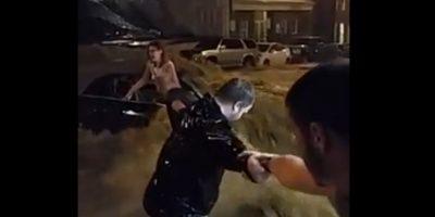 VIDEO: Heróica cadena humana para salvar a una mujer atrapada en una inundación