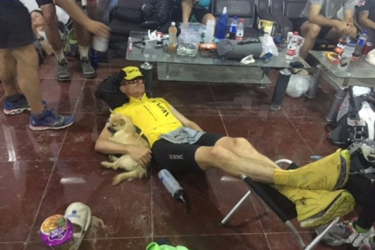 Mientras participaba en un maratón extremo en China Foto:Crowdfunder.co.uk/bring-gobi-home