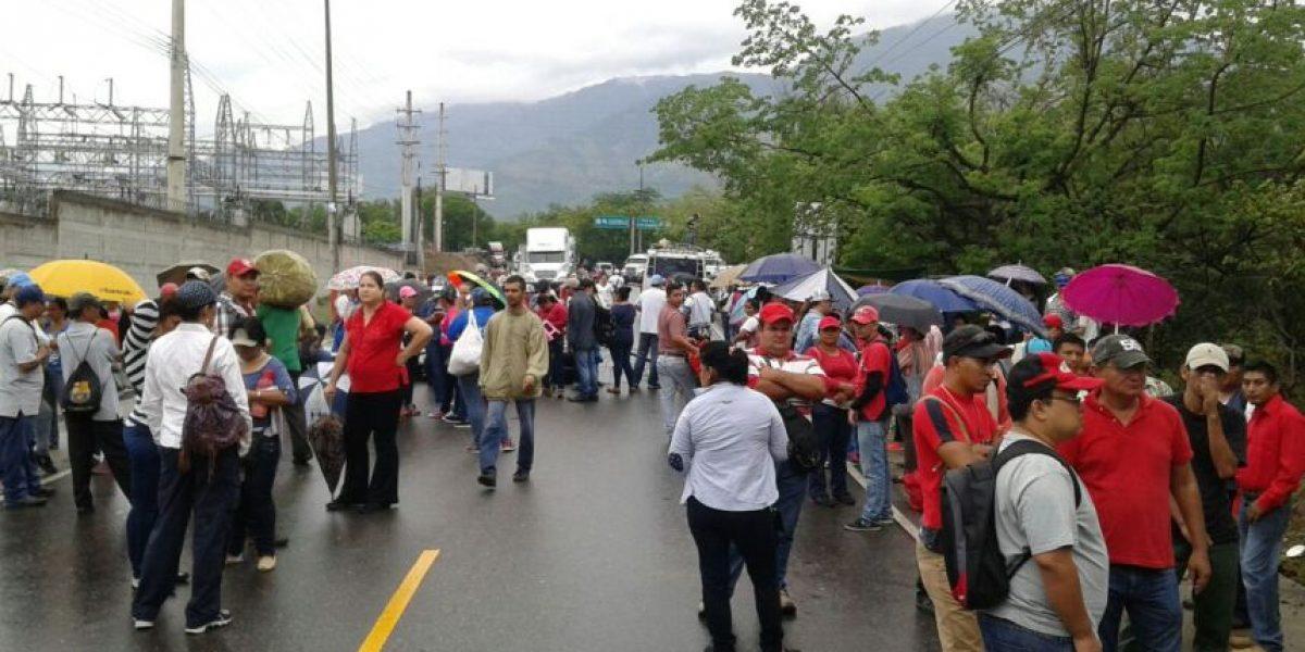 Maestros y salubristas bloquean carreteras en los departamentos y en la capital