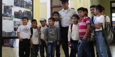 Fotos. Niños viajan desde San Marcos y comparten con policías
