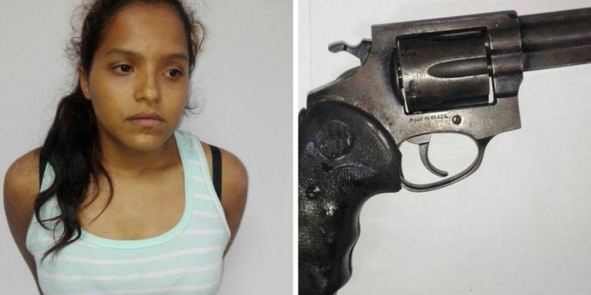 Mujer que viajaba con revólver en un bus es capturada