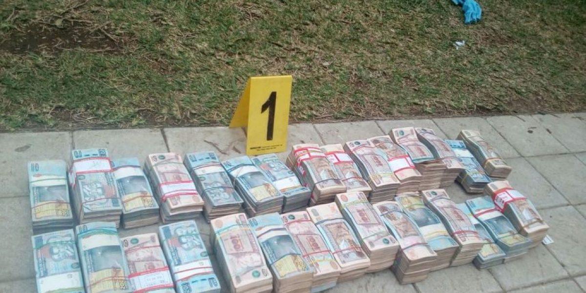 Agente K-9 localiza dinero en interior de auto en residencial de Villa Nueva