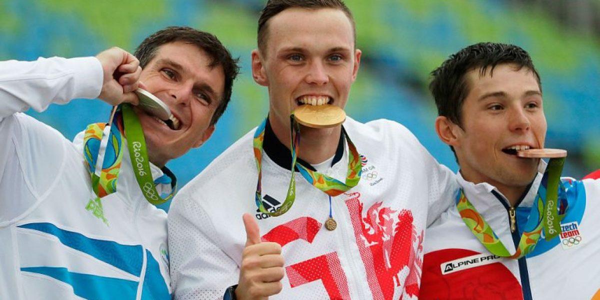 La verdadera razón de por qué los ganadores olímpicos muerden sus medallas