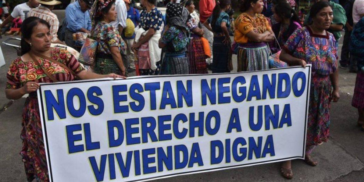 Bloquean paso vehicular hacia el Aeropuerto La Aurora para exigir viviendas