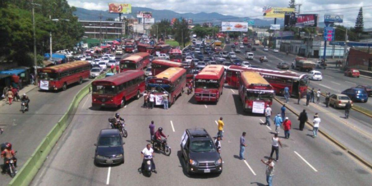 Pilotos del transporte urbano bloquean el paso con autobuses
