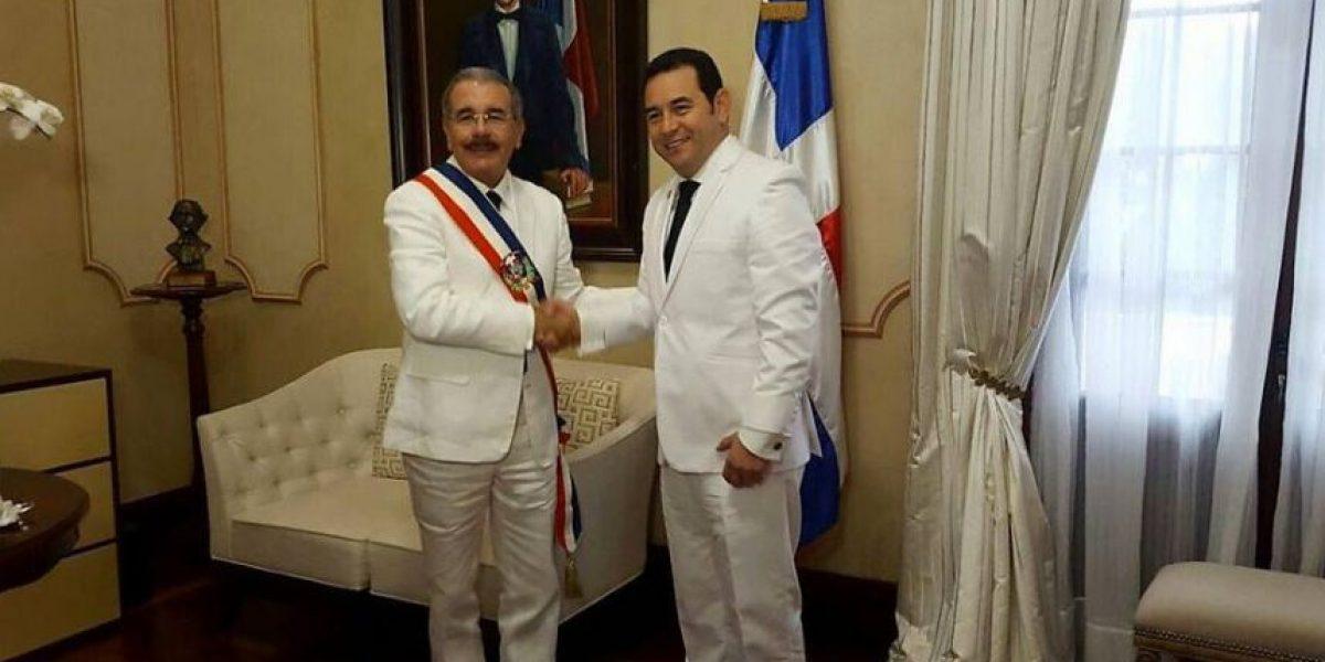 El traje blanco de Jimmy Morales que fue burla en redes sociales