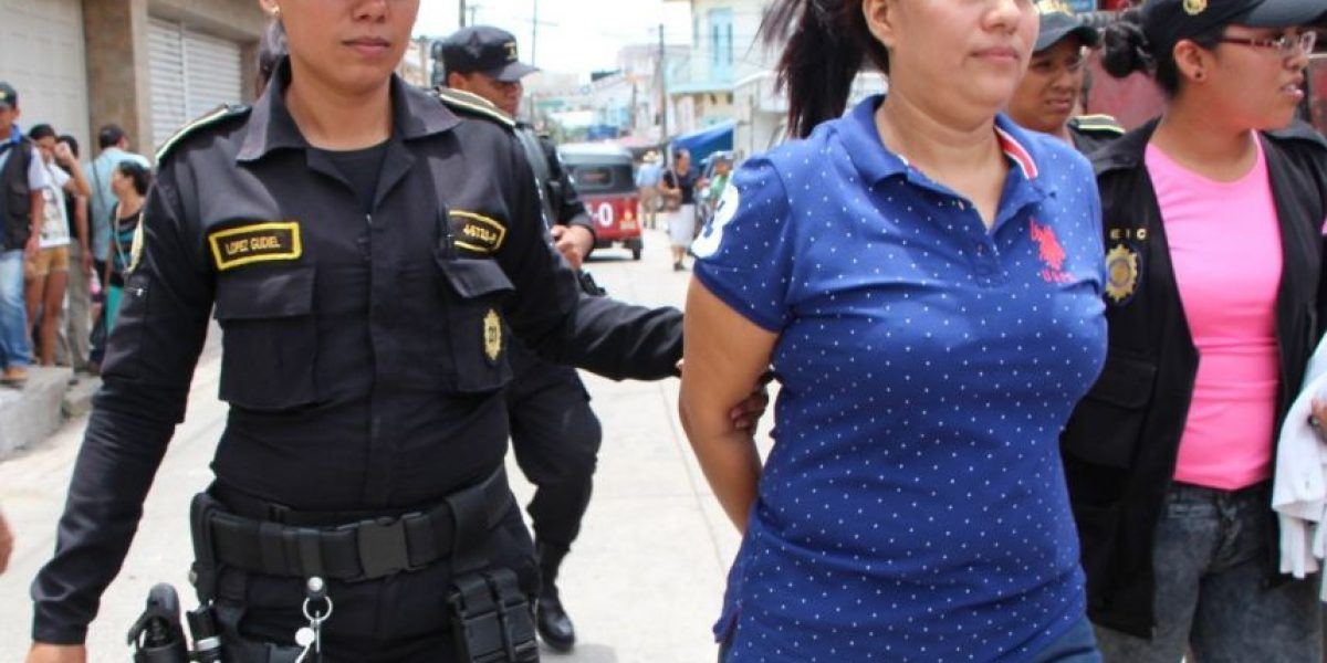 """Esposa de """"Chico dólar"""" recupera su libertad al pagar fianza de Q300 mil"""