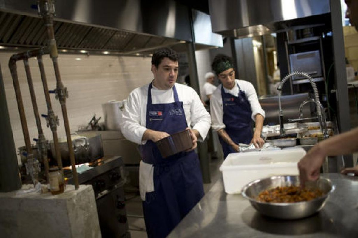 Sus chefs son estudiantes de una escuela especial para los jóvenes en las favelas Foto:AP