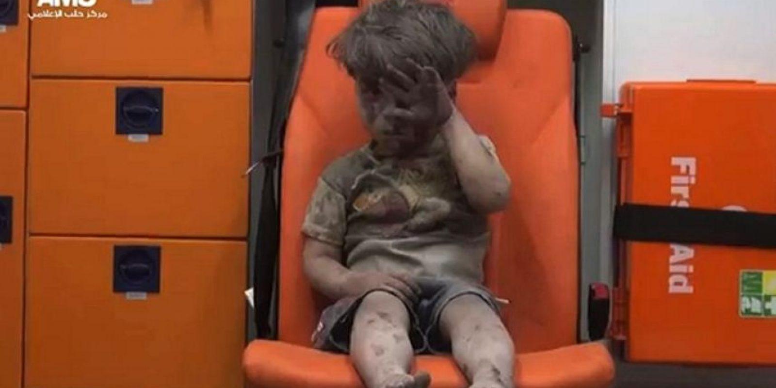 La imagen de Omran, el niño sirio rescatado de un bombardeo, le dieron la vuelta al mundo Foto:AFP
