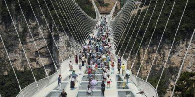 INSÓLITO. Inauguran el puente de vidrio más largo y alto del mundo en China