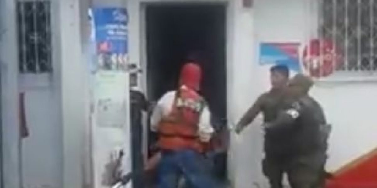 Denuncian golpiza que hombre dio a mujer frente a soldados