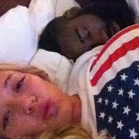 El año pasado trascendió la foto del basquetbolista James Harden durmiendo mientras una rubia chica toma una foto, que después posteó en lnstagram Foto:Instagram