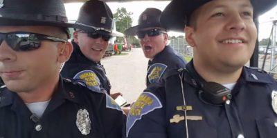 """Los policías que causan sensación al hacer divertido playback de """"Summer Nights"""""""
