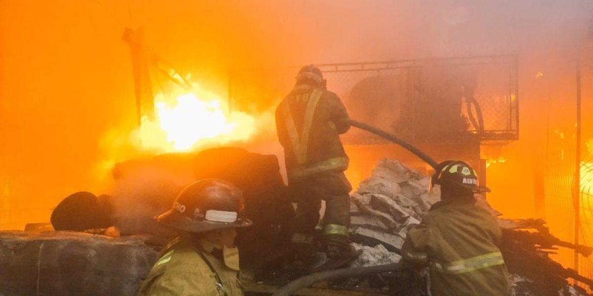 Se incendia bodega de zapatos en Calzada Atanasio Tzul