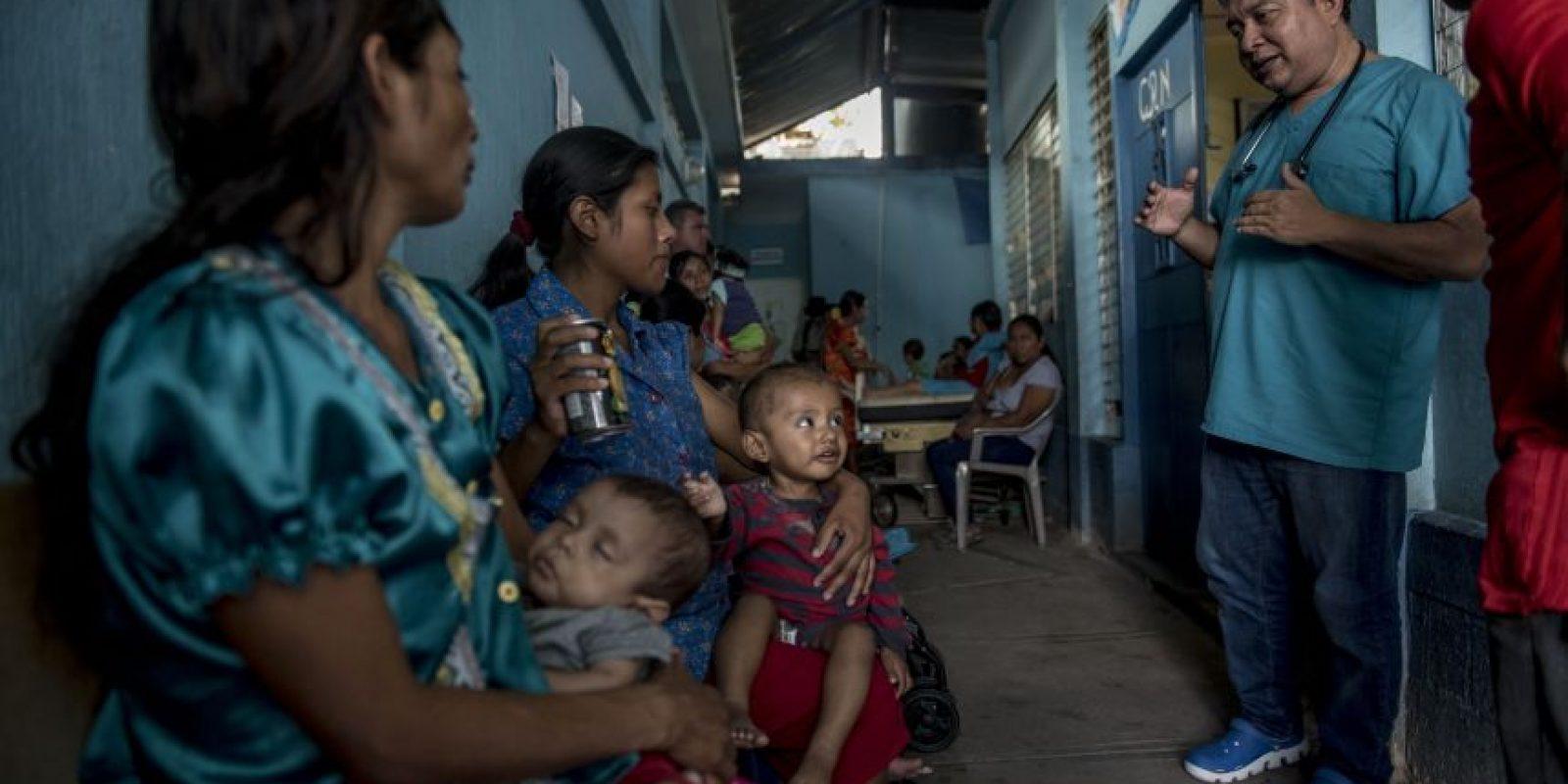 El médico Juan Manuel Mejía aconseja a las madres en el Centro de Recuperación Nutricional Foto:Oliver de Ros
