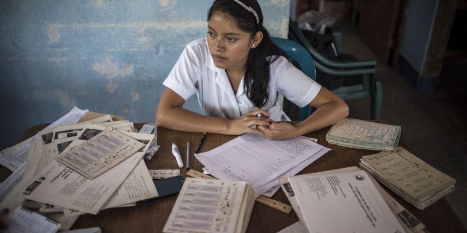 Sandra Evelin Huales atiende en el puesto de salud de aldea El Matasano, Jocotán Foto:Oliver de Ros