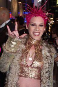 """Pink en 2000: ¿Se acuerdan de una de las amigas de la elegante """"Annie"""" en """"Juego de Gemelas""""? Sí, la que queda como un punk con la porquería que """"Hallie"""" y sus amigas le echan encima. Pues creció. Foto:Getty Images"""