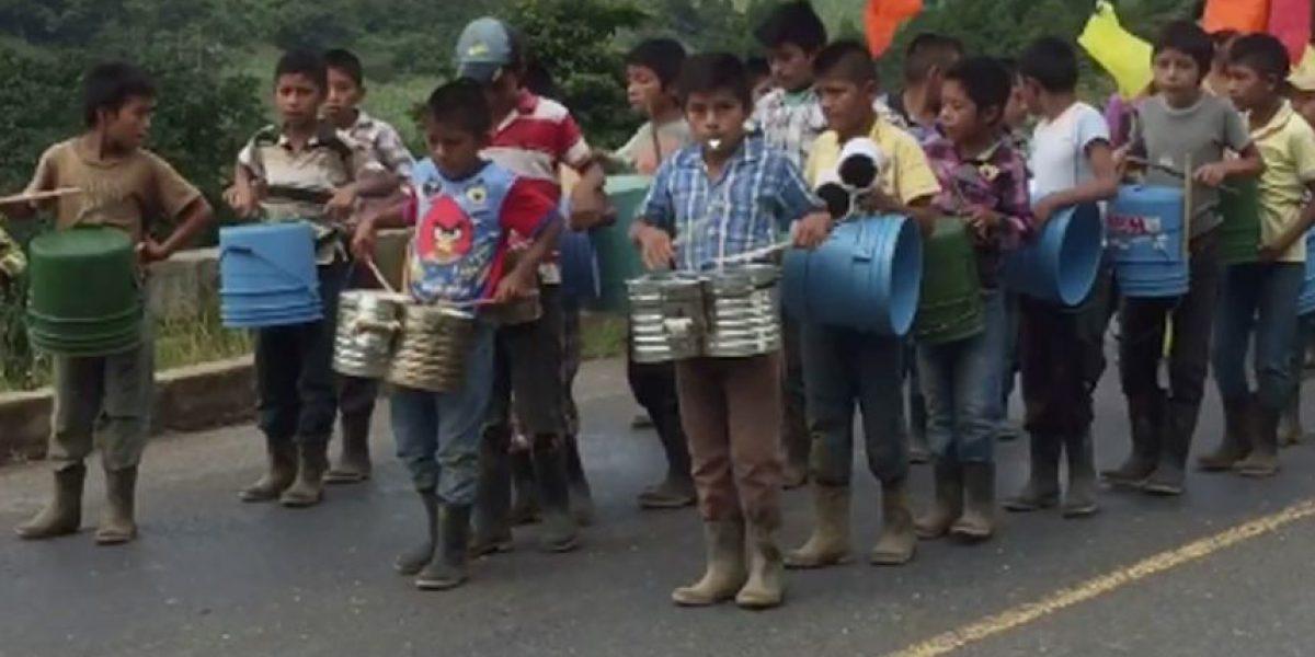 VIDEO. Con botas de hule e instrumentos inusuales, niños muestran su amor por Guatemala