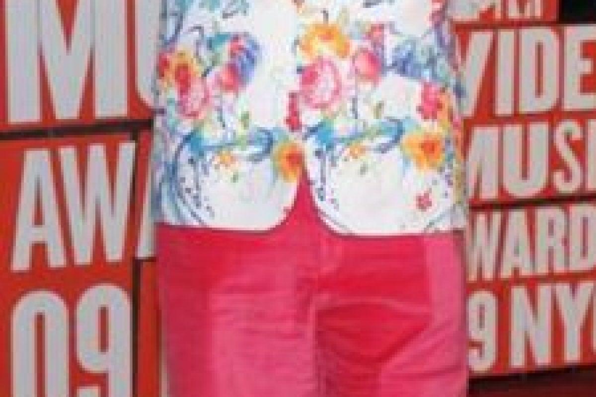 Perez Hilton en 2009. Porque vestirse ridículamente requiere de estilo. Foto:Getty Images