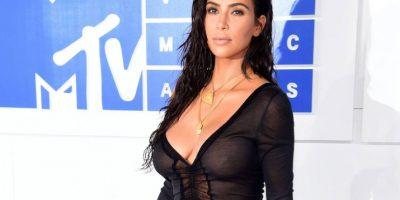 Con una transparencia negra, Kim Kardashian muestra su delgada figura en los MVAs