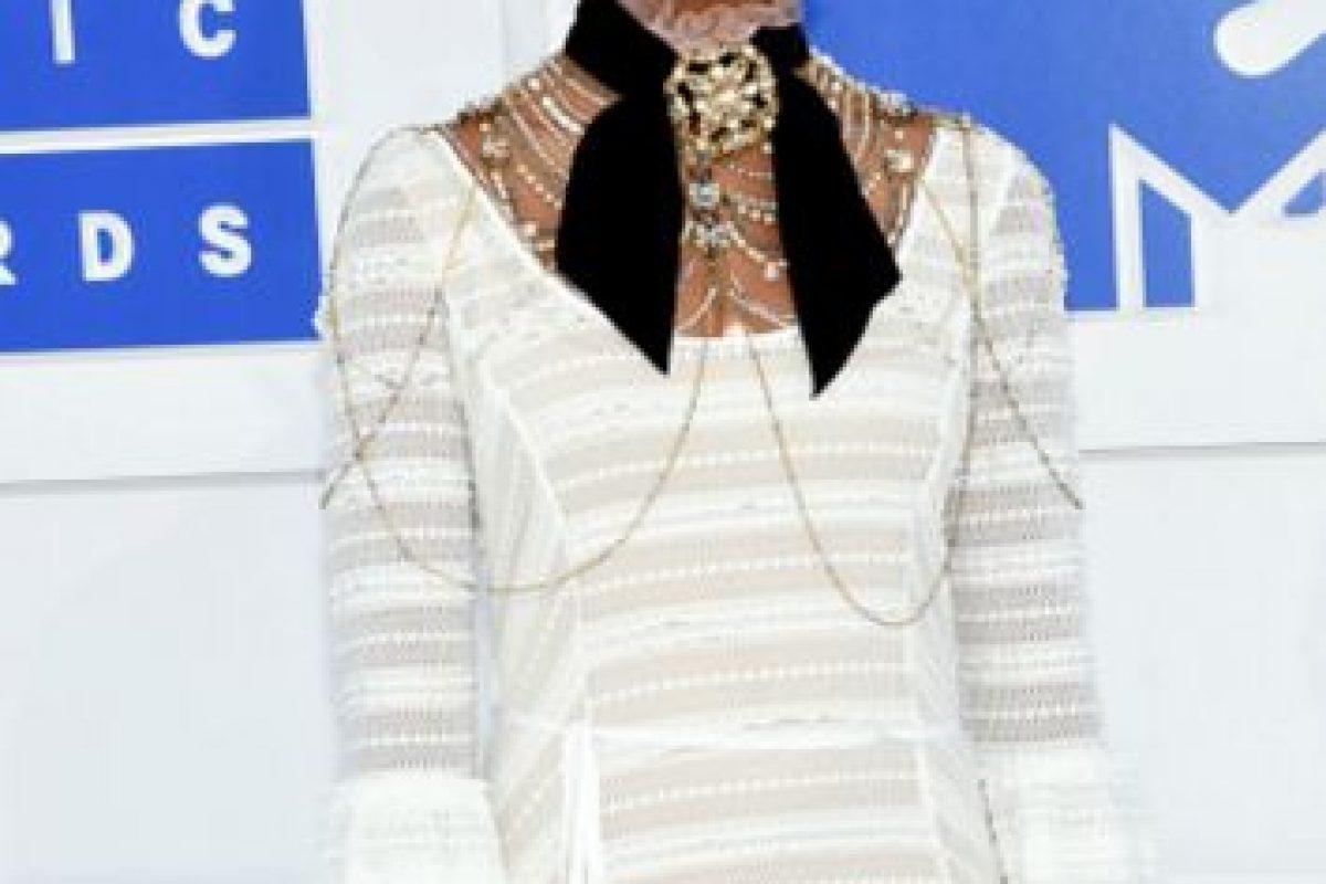 Qvenzane Wallis quería parecer una modelo del universo de Karl Lagerfeld. Lo hubiera intentado más con el peinado y maquillaje, lo hubiera logrado. Foto:Getty Images
