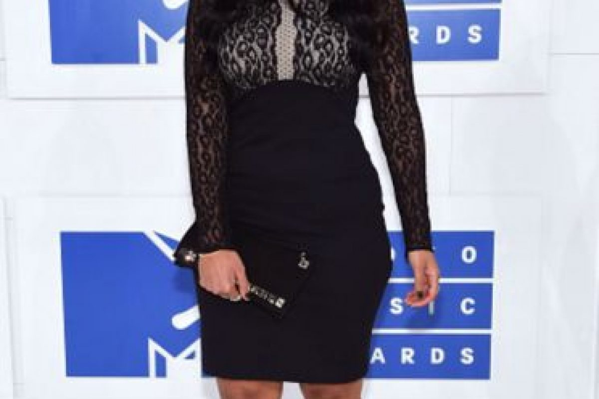 Nessa, en un vestido negro que es vulgar por su contraste de sus materiales. Foto:Getty Images