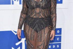 Ashley Graham usa transparencias para la forma de su cuerpo y no le sale bien. Es por el diseño de las mismas. Por cómo contrastan con su fondo. Foto:Getty Images