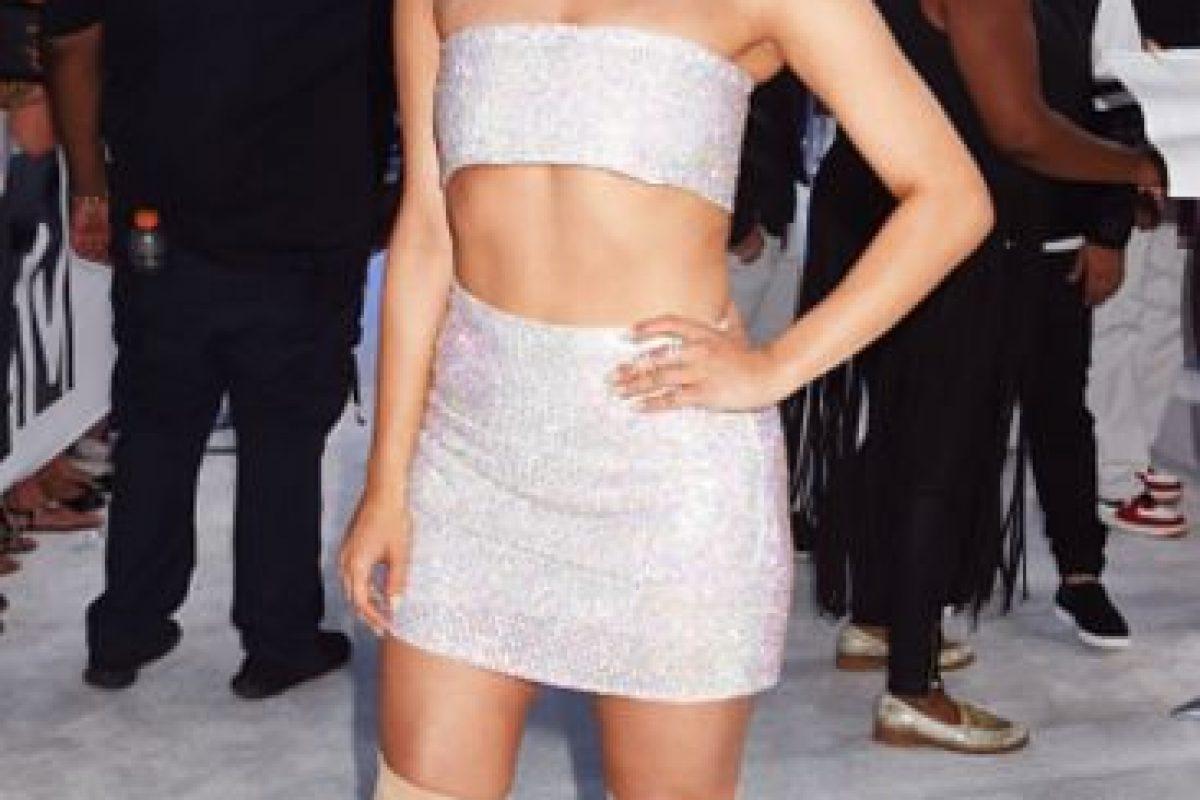 Bebe Rexha iba bien en su intento de Donatella Versace. Hasta que se puso las botas. Foto:Getty Images