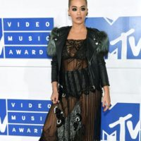 Rita Ora, se supera en su look homeless. Foto: Getty Images