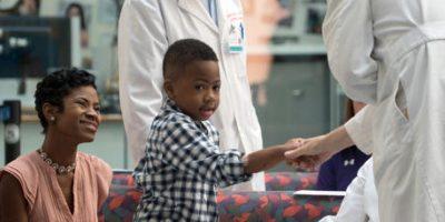 Perdió sus cuatro extremidades por una infección Foto:AP