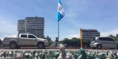 Dejan mensaje con soldaditos de plástico frente al Palacio
