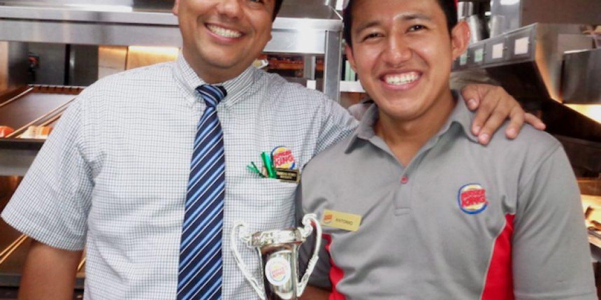 Guatemalteco rompe récord al preparar una Whopper y competirá en Estados Unidos
