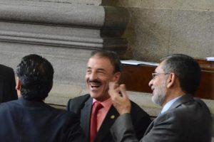 El diputado Fernando Linares comparte con sus compañeros en la sesión legislativa Foto:Jose Castro