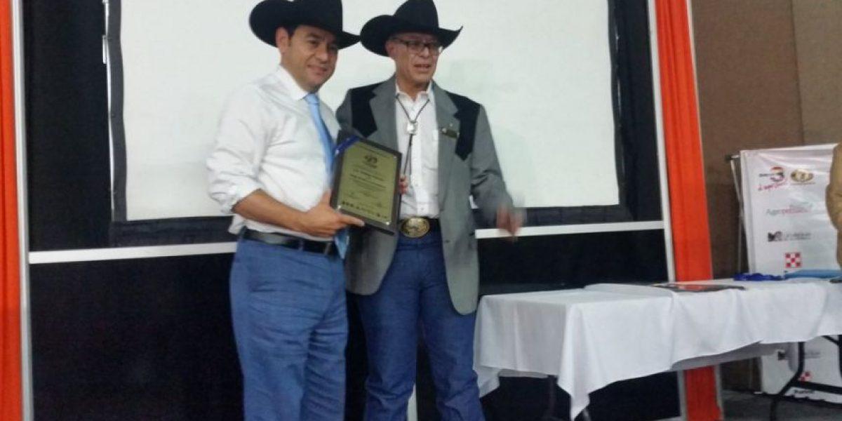 Jimmy Morales se vuelve a poner el sombrero y asiste a inauguración de semana ganadera
