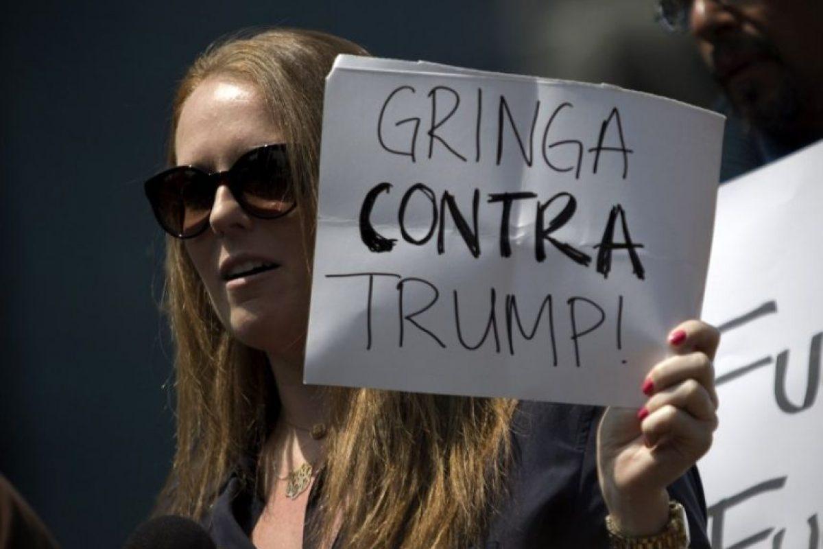 Algunas personas mostraron improvisadas pancartas en contra del precandidato Foto:AFP