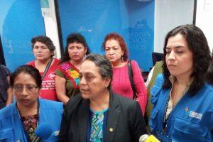 La diputada Sandra Morán, al centro, acude a la PDH. Foto:Facebook Convergencia