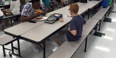 Este niño almorzaba solo todos los días en la escuela y entonces algo increíble pasó