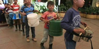 Presidente entrega instrumentos musicales a niños que protagonizaron un video viral