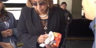 """VIDEO. A Anabella de León no le permitieron entrar """"la refacción"""" y así se deshizo de sus alimentos"""