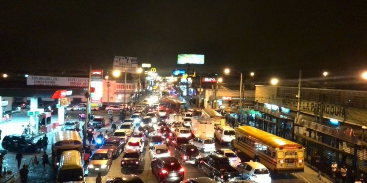 Bloqueo en Calzada José Milla en zona 6 provoca caos vial
