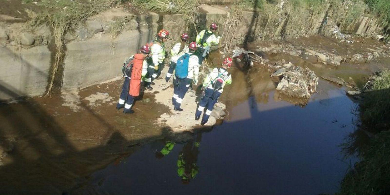 La patrulla de rescate busca en el río Platanitos. Foto:Bomberos Municipales Departamentales
