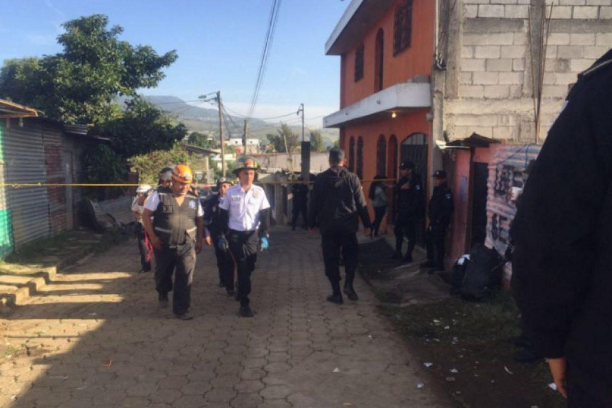 Los Bomberos Voluntarios continuaron en el área de la tragedia. Foto:Emisoras Unidas