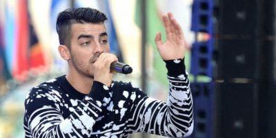Joe Jonas rechaza drásticamente a fans que intentaron abrazarlo darle un beso