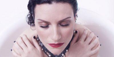 Laura Pausini estrena video completamente desnuda