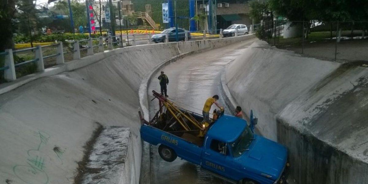 Chofer de grúa iba a auxiliar al dueño de un automóvil descompuesto y termina solicitando ayuda