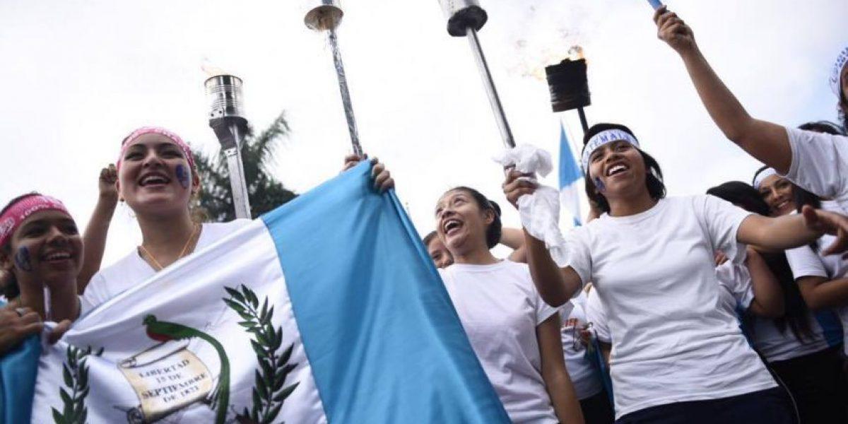 Azul y blanco, alegría y fervor, mantienen encendido el fuego de la Independencia