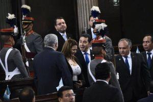 El mandatario saluda a su exasesor y ahora legislador Armando Melgar Padilla Foto:Oliver de Ros